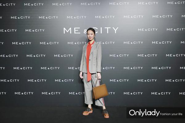 时尚博主Anny身着Me&City 2018秋冬摩登生活系列新品